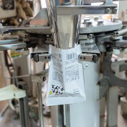 写真:包装・⾦属探知機の様子